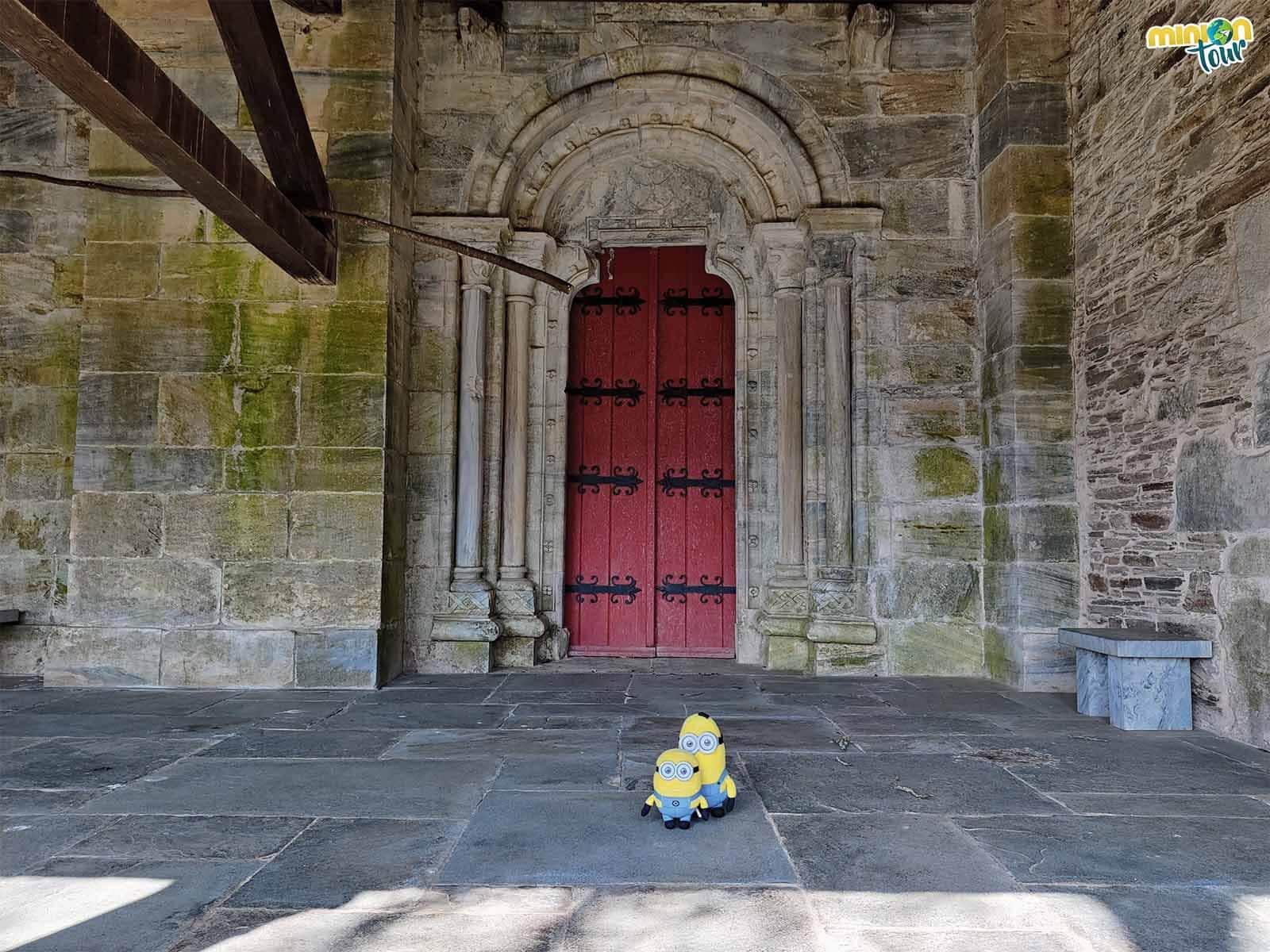 Vamos a cotillear la puerta lateral de la Iglesia de San Pedro Fiz de Hospital do Incio