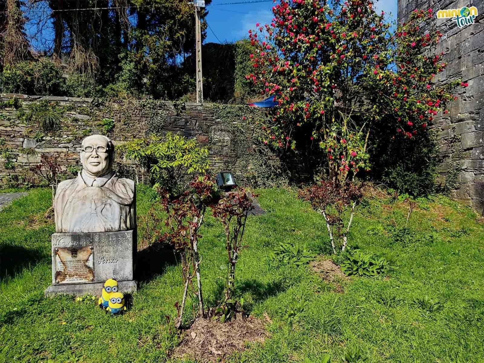 Estamos posando con la escultura de Anxo González