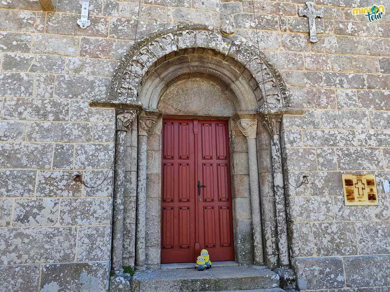 La portada principal es uno de los elementos románicos que podemos ver en esta iglesia