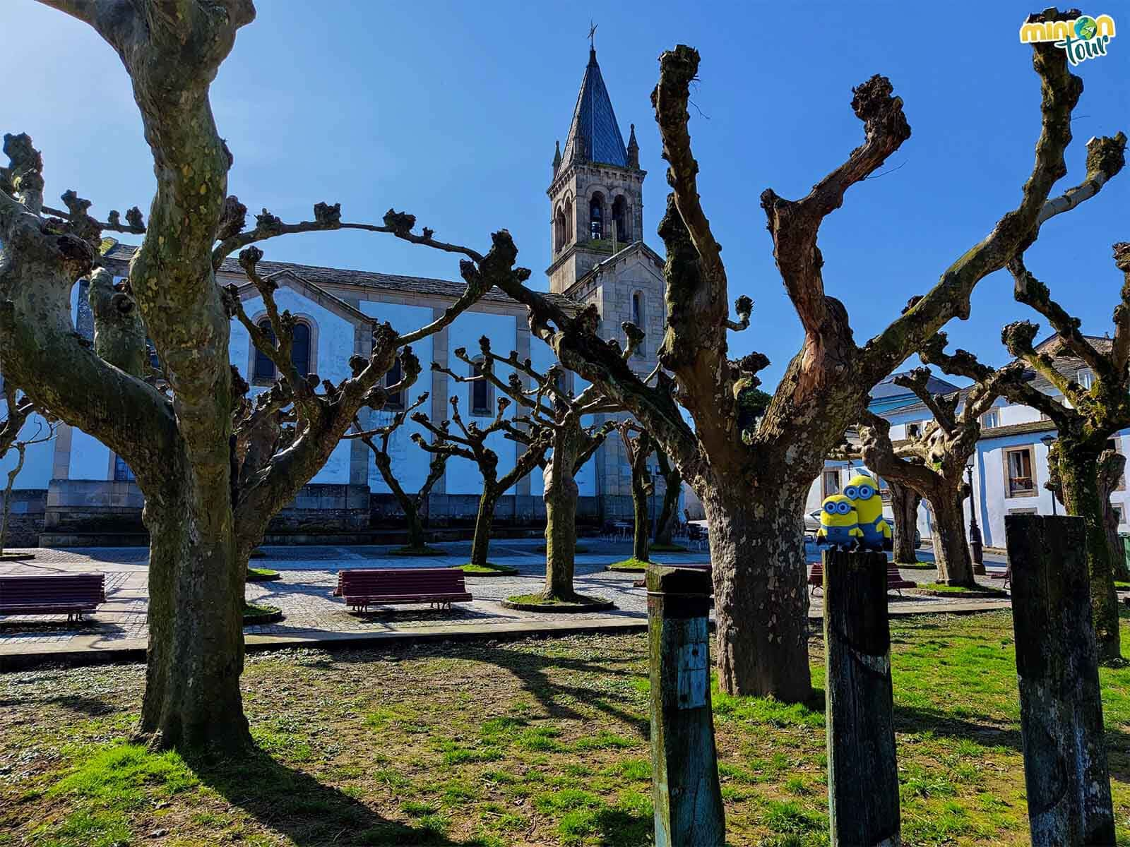 Estamos rodeando la Iglesia de Santa Mariña de Sarria