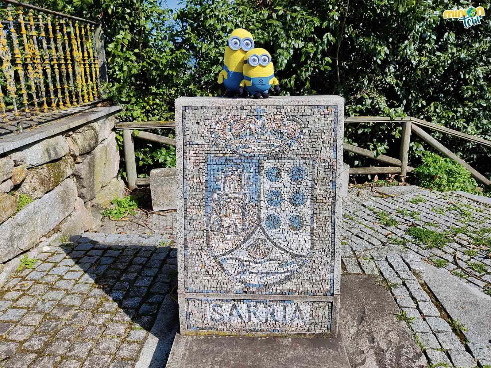 Nos hemos encontrado con el escudo municipal de Sarria en mosaico