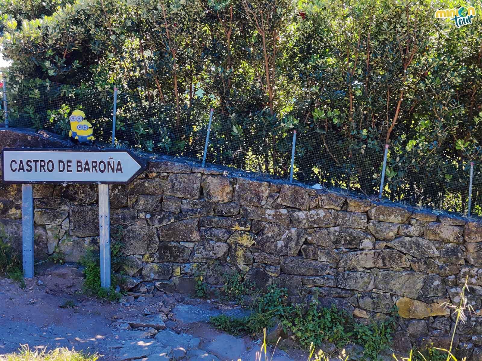 Esta señal nos indica que aquí empieza la ruta al Castro de Baroña