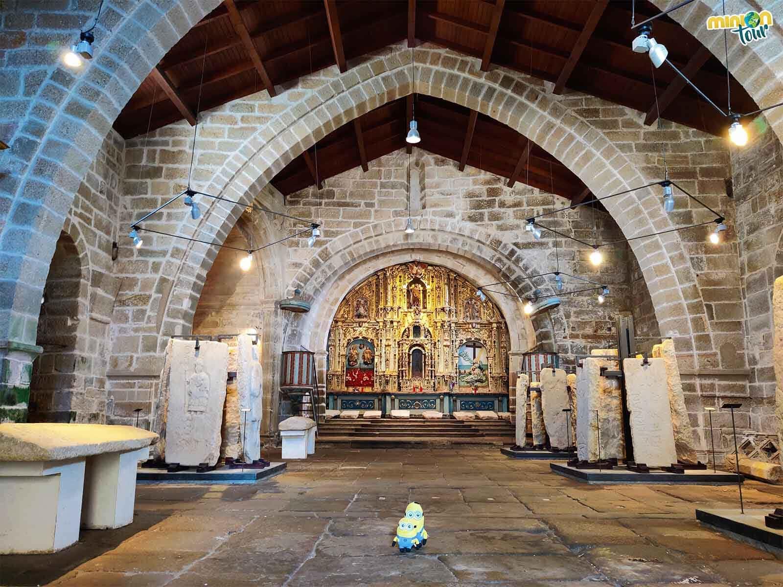 Estamos viendo lápidas gremiales en la Iglesia de Santa María en Noia