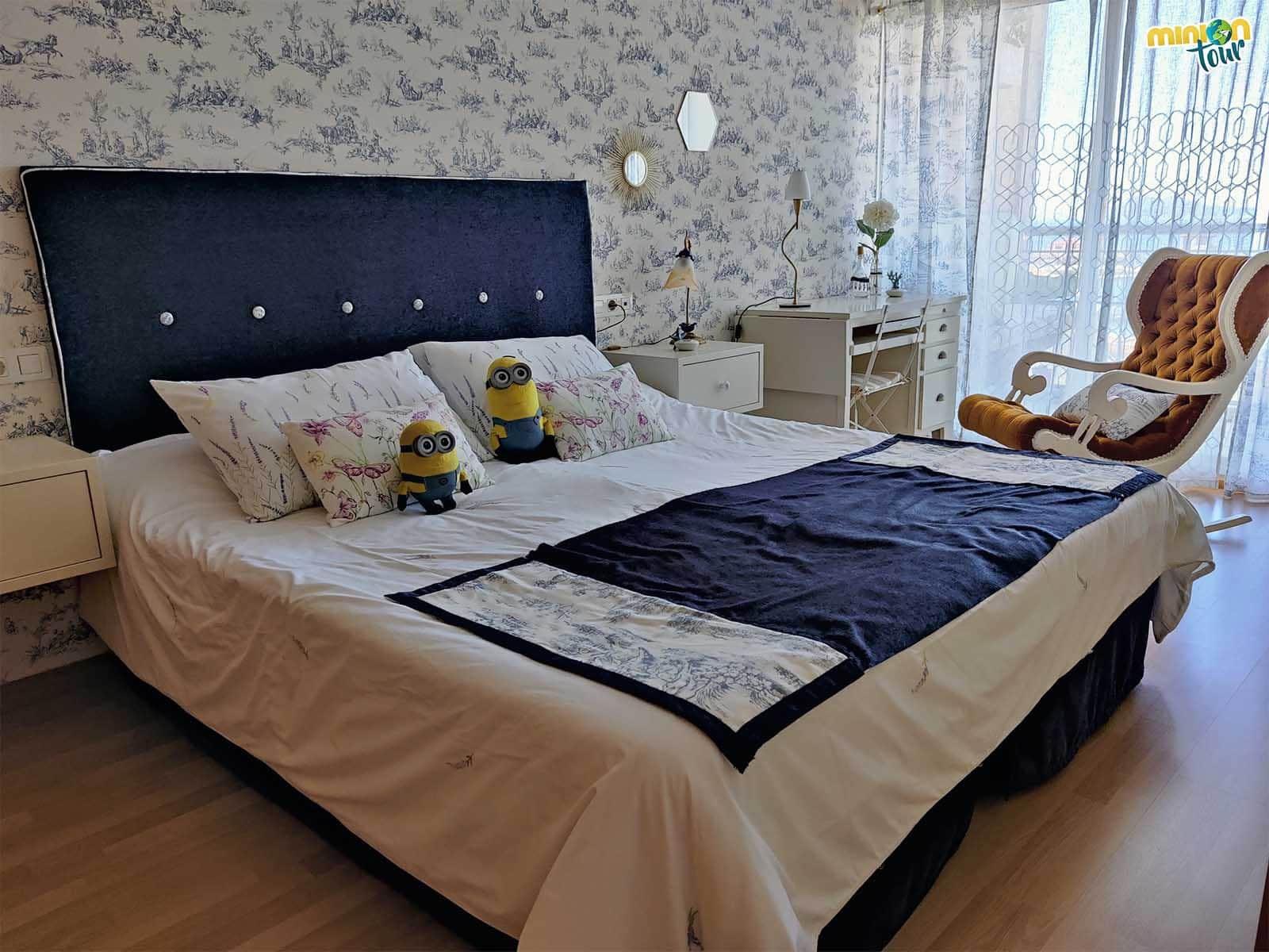 La cama del apartamento era enorme