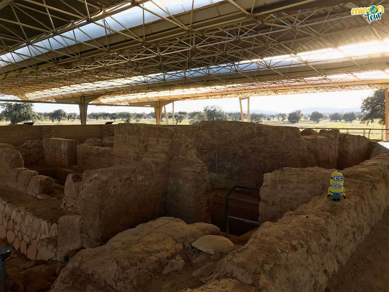 Dos Minions recorriendo el Yacimiento Arqueológico de Cancho Roano