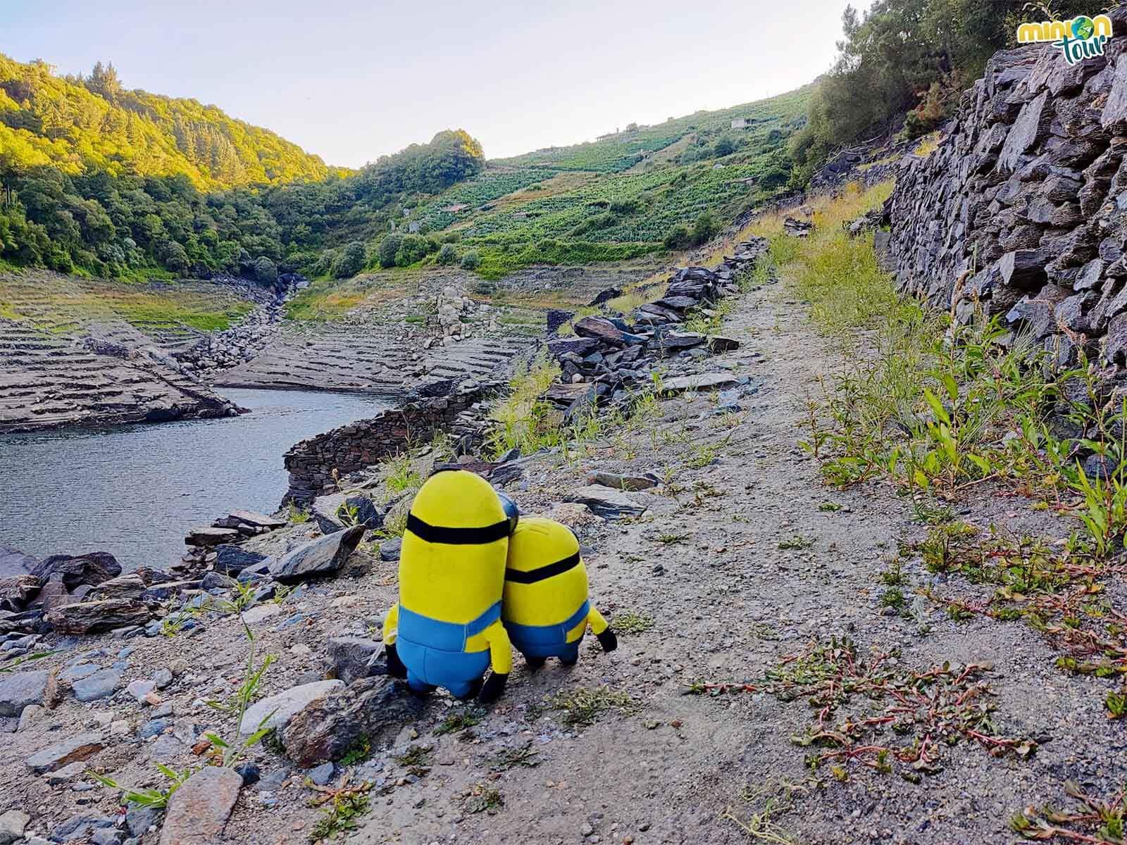 Paseando por los caminos de piedras que suele ocultar el embalse