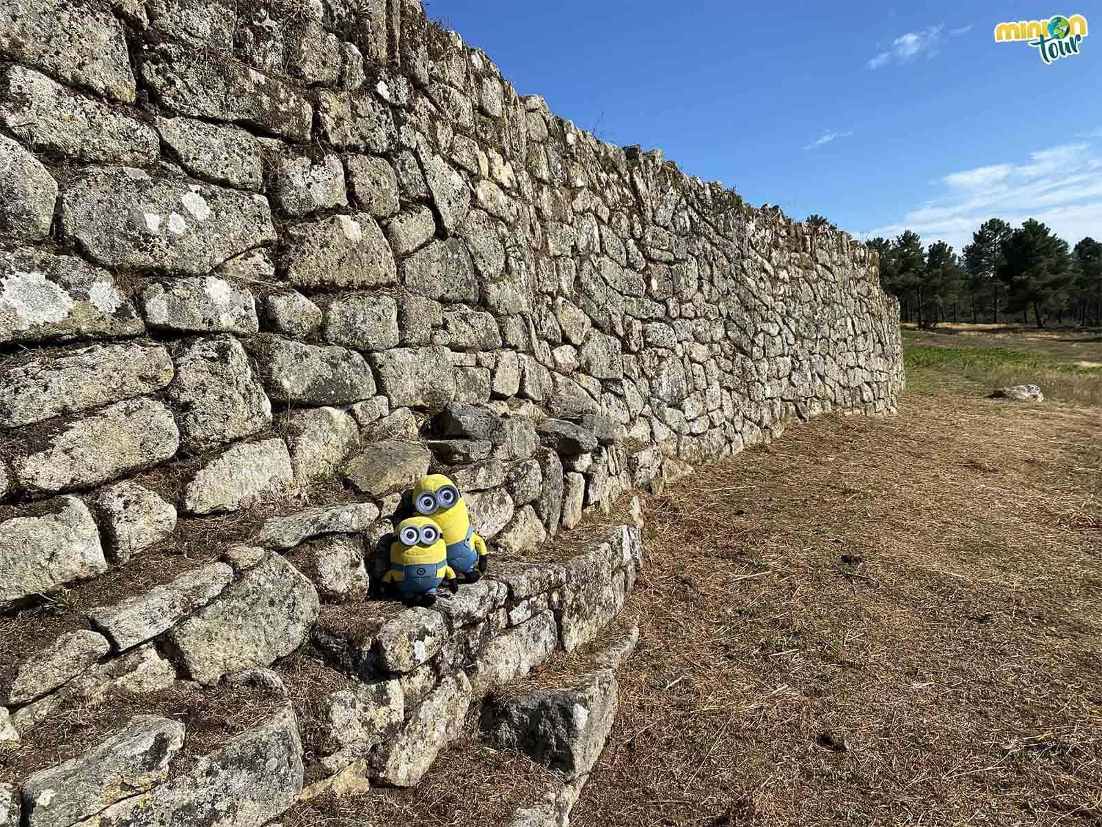 La muralla exterior del Castro de San Cibrao de Las es demasiado alta para nosotros